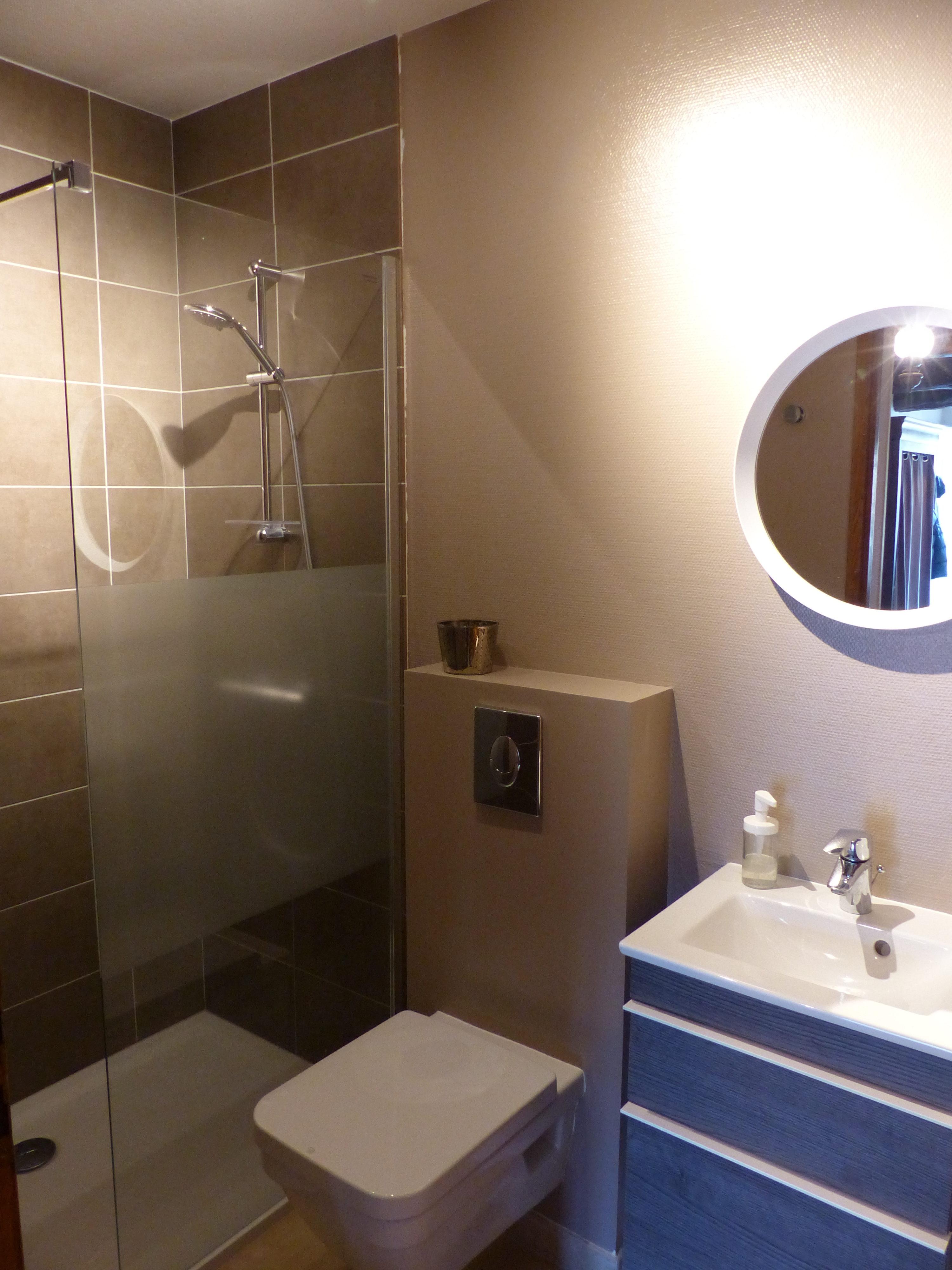 Salle De Bains Avec Douche Meuble Vasque Et Toilettes
