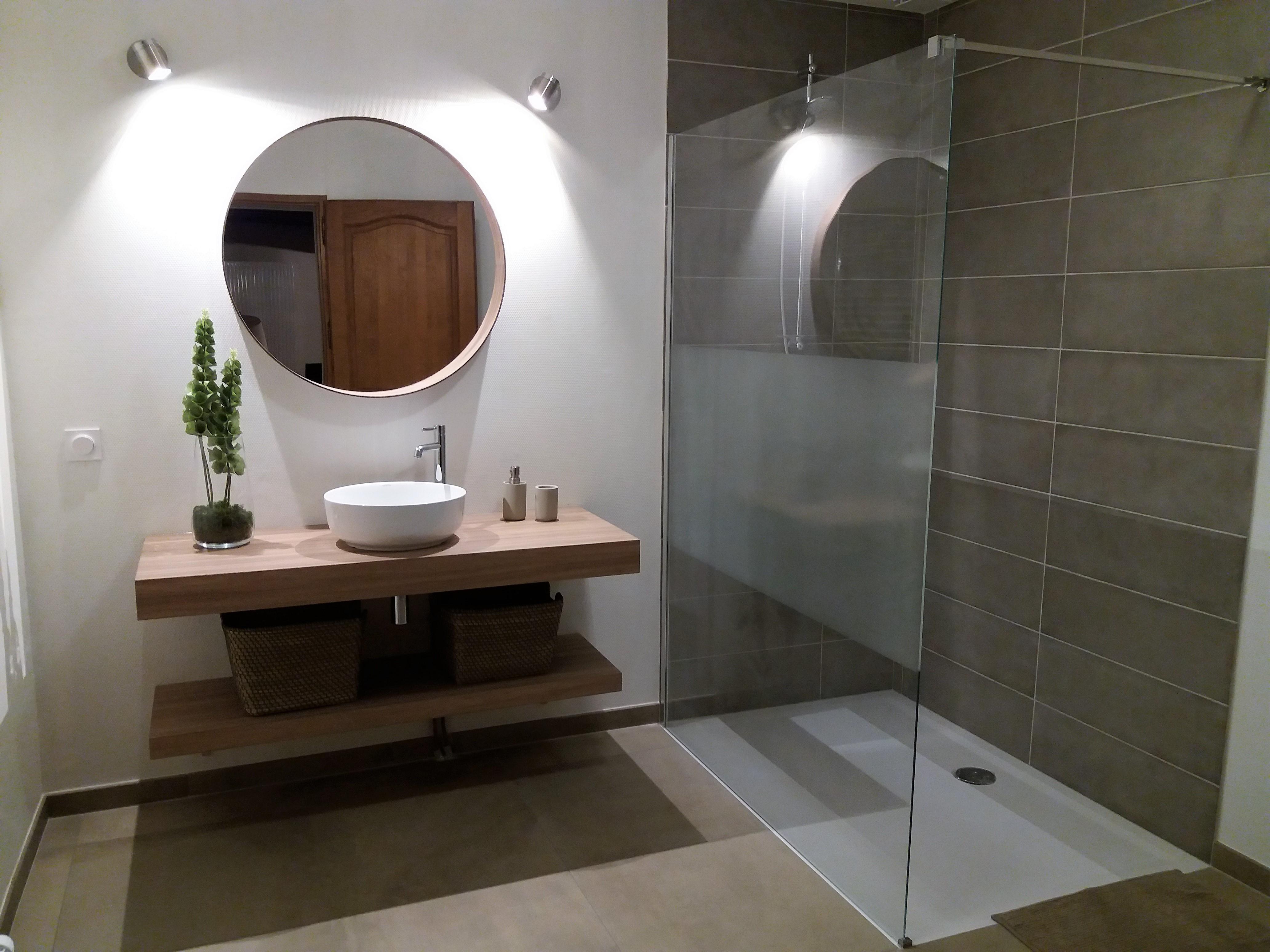 Grande Salle De Bains Avec Accs Pour Personne Mobilit Rduite Vasque Toilettes